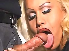 Man fucks beauty tranny